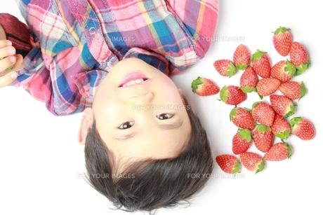 苺と男の子の素材 [FYI00428625]
