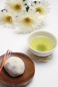 豆大福と緑茶の写真素材 [FYI00428638]