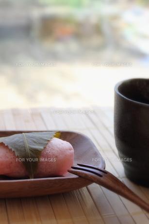 桜餅と緑茶の写真素材 [FYI00428646]
