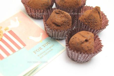 チョコレートとメッセージカードの写真素材 [FYI00428673]