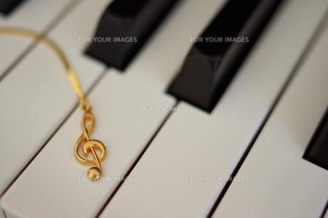 ピアノ鍵盤とト音記号の写真素材 [FYI00428754]