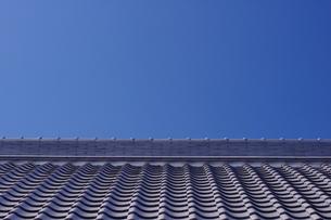 青空と瓦屋根の写真素材 [FYI00428783]