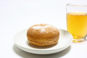 ドーナッツとお茶のおやつの写真素材 [FYI00428921]