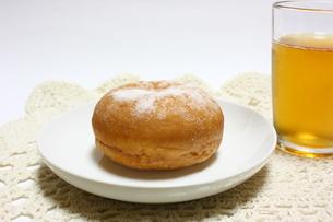 ドーナッツとお茶のおやつの写真素材 [FYI00428937]