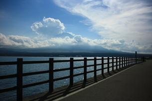 山中湖と富士山の写真素材 [FYI00429006]