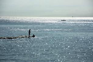 岩場の釣人の写真素材 [FYI00429013]