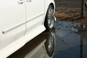 水たまりに映る自動車の写真素材 [FYI00429044]