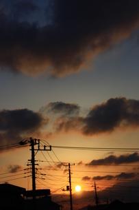 住宅地から見た夕日の写真素材 [FYI00429048]