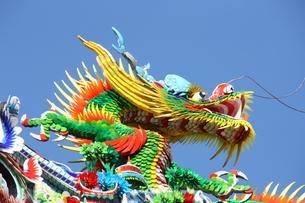 横浜中華街関帝廟の屋根飾りの龍の写真素材 [FYI00429060]