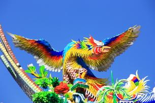 横浜中華街関帝廟の鳥の屋根飾りの写真素材 [FYI00429065]