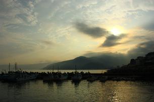 夕焼けの漁港の写真素材 [FYI00429149]