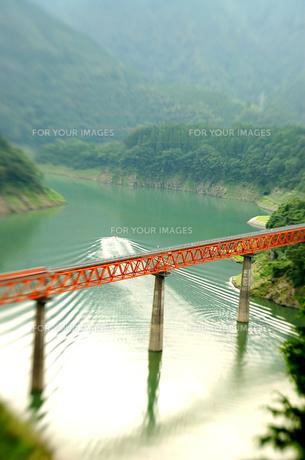 鉄橋と波紋の写真素材 [FYI00429424]