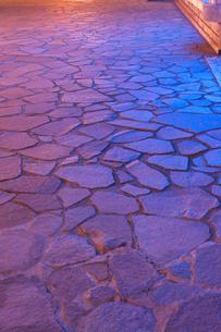 照らされた石畳の素材 [FYI00429468]