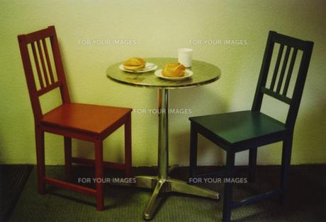 ドイツブレーメンでの朝食椅子とテーブルの素材 [FYI00429756]