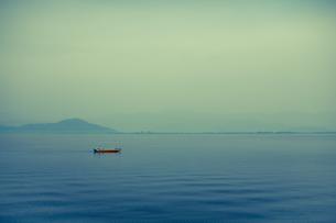 湖に浮かぶ船の写真素材 [FYI00429907]