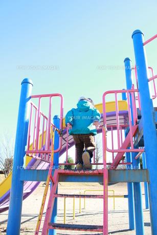 遊具を登る子どもの写真素材 [FYI00429962]