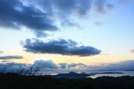 大きな雲に隠れる太陽の素材 [FYI00430041]