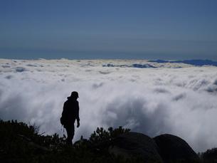 雲海を歩くの写真素材 [FYI00430176]