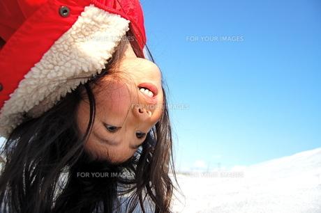 雪遊びをする、女の子の写真素材 [FYI00430204]