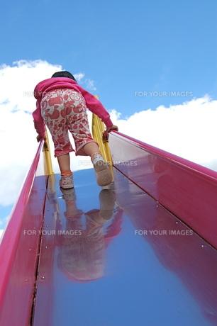 滑り台で遊ぶ、女の子の写真素材 [FYI00430206]