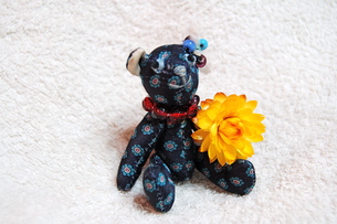 花を持つ、テディベアの写真素材 [FYI00430247]