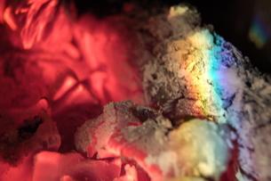 赤や虹色の、炭の写真素材 [FYI00430257]