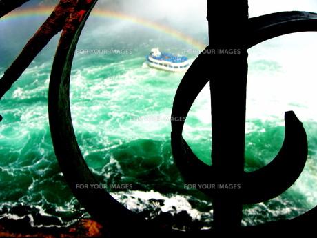 ト音記号から覗くナイアガラの滝と虹の写真素材 [FYI00430387]