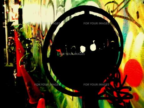 壁の落書きと看板の写真素材 [FYI00430393]