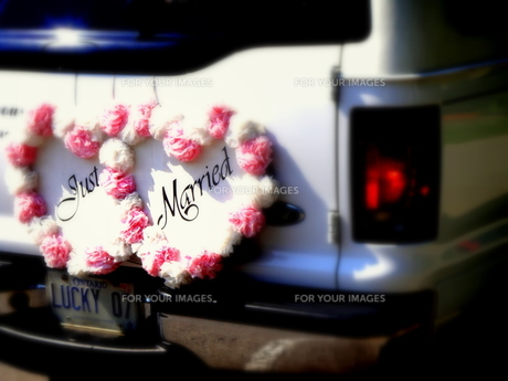 結婚式 幸せを運ぶ車の写真素材 [FYI00430403]