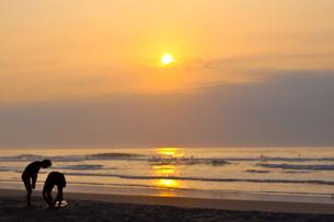 朝のサーファーの練習の写真素材 [FYI00430423]
