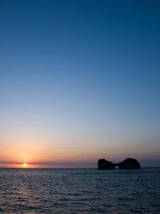 円月島の夕暮れの写真素材 [FYI00430554]