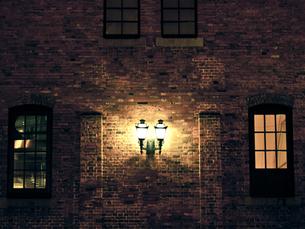 煉瓦と灯の写真素材 [FYI00430556]