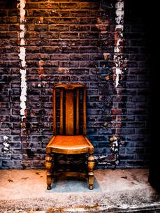 煉瓦と椅子の写真素材 [FYI00430562]