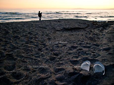 夕暮れの砂浜とビーチサンダルの素材 [FYI00430580]
