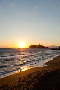 日没と江ノ島の写真素材 [FYI00430588]