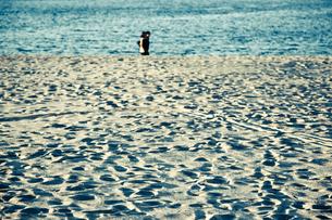 砂浜の二人の写真素材 [FYI00430598]