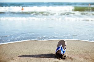 海岸のビーチサンダルの写真素材 [FYI00430608]