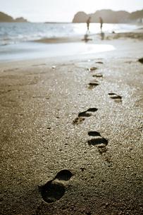 砂浜と足跡の写真素材 [FYI00430632]