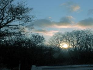 冬寒い朝山の中腹での朝日の写真素材 [FYI00430654]