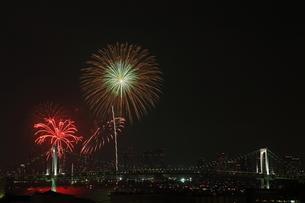 レインボーブリッジと花火の写真素材 [FYI00430729]