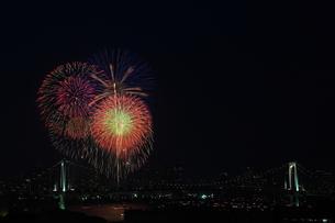 レインボーブリッジと花火の写真素材 [FYI00430737]
