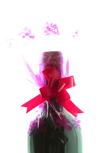 ワインのプレゼントの写真素材 [FYI00430772]