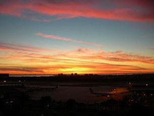 フロリダ州タンパ国際空港からの夕焼けの写真素材 [FYI00430911]