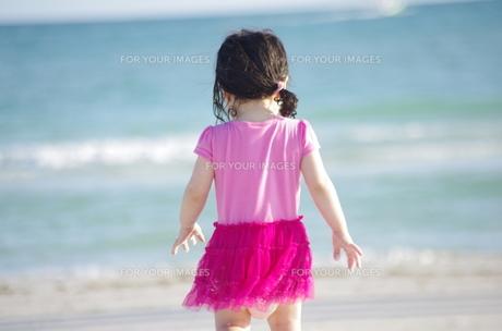ビーチと女の子の写真素材 [FYI00430963]