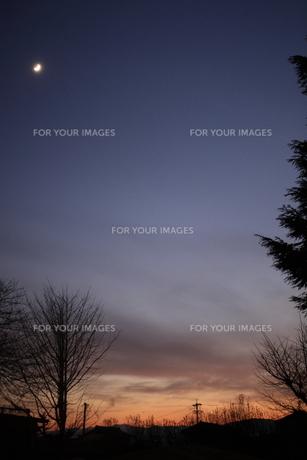 三日月と夕暮れの写真素材 [FYI00431705]