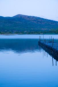 霧がかった山中湖の写真素材 [FYI00431874]