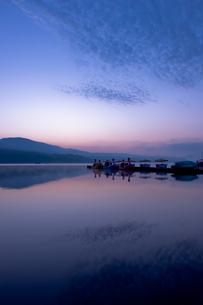 反射する湖面の写真素材 [FYI00431877]