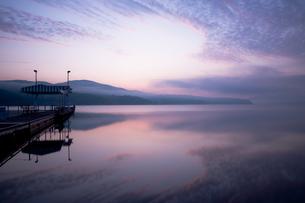 明け方の山中湖の写真素材 [FYI00431884]