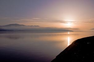 朝焼けの山中湖の写真素材 [FYI00431888]