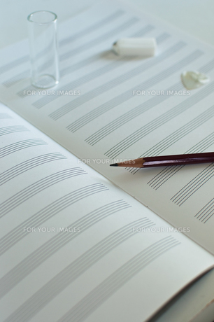 五線譜と鉛筆の写真素材 [FYI00431912]